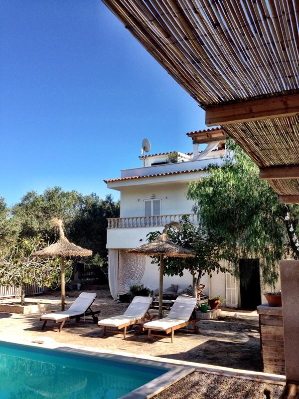Wunderschöne Feng-Shui-Villa mit Pool und Garten in Cala Llombards ...